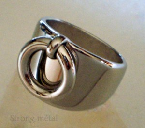 Bijou personnalisé. Bague chevalière avec anneau en acier inoxydable forgé à froid. dans BAGUE ACIER bague-8-300x264